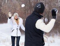 Pares que jogam o snowball Fotografia de Stock