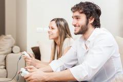 Pares que jogam os jogos video Imagens de Stock
