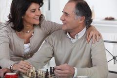 Pares que jogam a xadrez fotos de stock