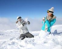 Pares que juegan con las bolas de nieve Foto de archivo