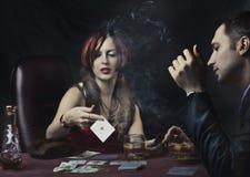 Pares que juegan el póker Imágenes de archivo libres de regalías