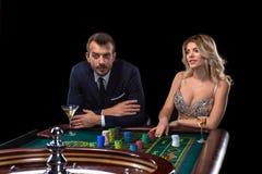 Pares que juegan en la tabla de la ruleta en casino fotografía de archivo libre de regalías