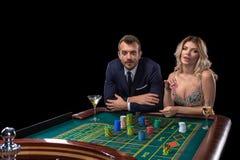 Pares que juegan en la tabla de la ruleta en casino imagen de archivo libre de regalías