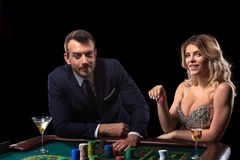 Pares que juegan en la tabla de la ruleta en casino fotografía de archivo