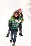 Pares que juegan en nieve Imagen de archivo