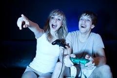 Pares que juegan a los juegos video Imagen de archivo libre de regalías