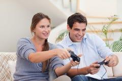Pares que juegan a los videojuegos Fotos de archivo