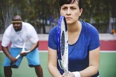Pares que juegan a tenis en equipo imagen de archivo