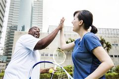 Pares que juegan a tenis en equipo fotografía de archivo