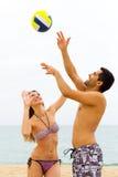 Pares que juegan a voleibol Foto de archivo libre de regalías