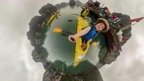 Pares que kayaking com grupo na baía longa do Ha foto de stock