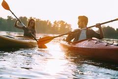 Pares que kayaking junto Imagens de Stock