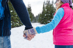 Pares que llevan a cabo la opinión de Forest Outdoor Winter Back Rear de la nieve de las manos que camina Fotografía de archivo