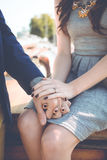 Pares que llevan a cabo las manos con el anillo de compromiso Imagen de archivo