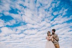 Pares que llevan a cabo las manos contra el cielo Fotografía de archivo libre de regalías