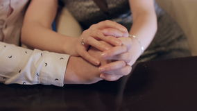 Pares que llevan a cabo las manos, una escena de amor almacen de video