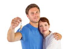 Pares que llevan a cabo llaves al hogar Imágenes de archivo libres de regalías