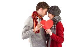 Pares que llevan a cabo un corazón rojo Imagen de archivo libre de regalías