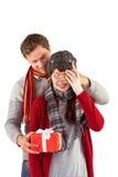Pares que llevan a cabo un corazón rojo Fotografía de archivo libre de regalías