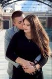 Pares que mantêm as mãos unido e o beijo Fotos de Stock