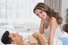 Pares que mienten en cama en casa Fotografía de archivo libre de regalías
