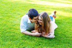 Pares que mienten en hierba verde Fotografía de archivo libre de regalías