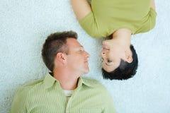 Pares que mienten en suelo Foto de archivo libre de regalías
