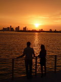Pares que miran la puesta del sol de Miami Foto de archivo libre de regalías