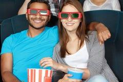Pares que miran una película en el cine Imagenes de archivo