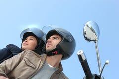 Pares que montan una motocicleta Imagen de archivo libre de regalías