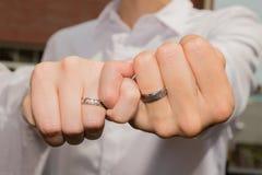 Pares que mostram as alianças de casamento Imagens de Stock Royalty Free