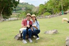 Pares que mostram o amor e feliz viajar em qualquer lugar Imagem de Stock Royalty Free