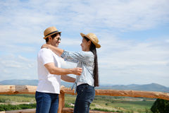 Pares que mostram o amor e feliz viajar em qualquer lugar Imagens de Stock Royalty Free