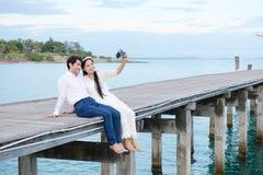 Pares que mostram o amor e feliz viajar em qualquer lugar Fotos de Stock Royalty Free