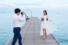 Pares que mostram o amor e feliz viajar em qualquer lugar Fotografia de Stock