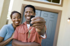 Pares que mostram um par de chaves da casa Imagens de Stock Royalty Free