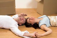 Pares que movem-se no apartamento Fotografia de Stock Royalty Free