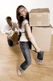 Pares que movem-se no apartamento Imagem de Stock
