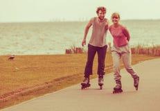 Pares que muestran el afecto durante paseo Imagenes de archivo