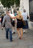 Pares que muestran el afecto en una calle Imagenes de archivo