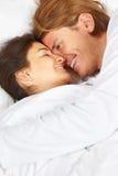 Pares que muestran romance en cama Imagen de archivo libre de regalías