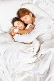 Pares que muestran romance en cama Fotografía de archivo libre de regalías