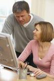 Pares que olham o ecrã de computador Foto de Stock Royalty Free