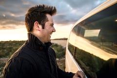 Pares que olham se através da janela de carro Noivos que sorriem e felizes fotografia de stock