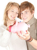 Pares que põr o euro cinco no banco piggy Imagens de Stock Royalty Free