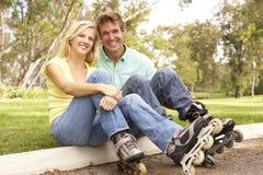 Pares que põr sobre na linha patins no parque fotos de stock royalty free