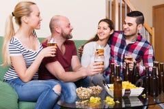Pares que penduram para fora com cerveja Imagem de Stock