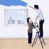 Pares que pintam a sala nova Imagem de Stock