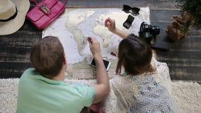 Pares que planean nuevo viaje con el mapa del viaje almacen de video