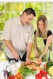 Pares que preparam o alimento Fotografia de Stock Royalty Free